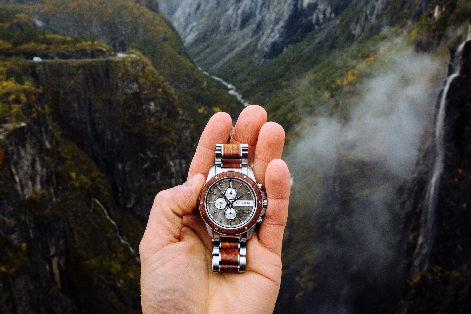 The Accessory Trend of 2021 – Watches made of Wood and Stone