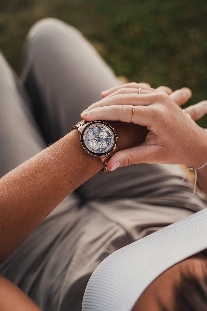 Blick aufs Handgelenk mit Uhr