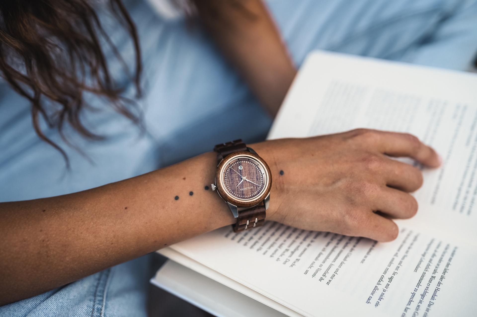 Uhr und Buch